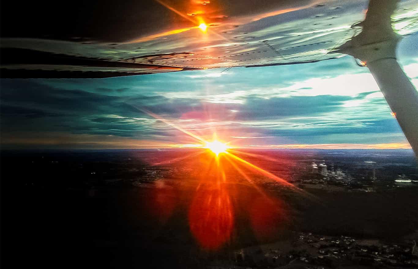 zaręczyny podczas lotu widokowego nad Krakowem przy blasku zachodzącego słońca